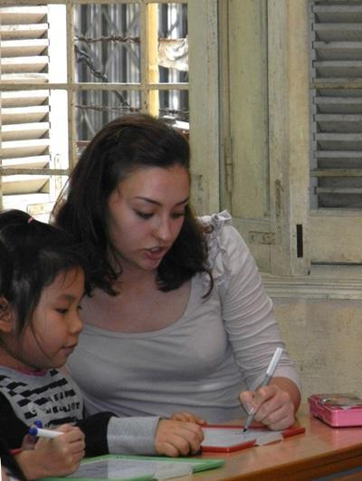 베트남 언어치료 프로젝트 인턴이 어린이들과 치료 활동을 하고 있다