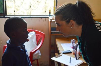 탄자니아 언어치료 프로젝트 인턴이 환자 서류를 작성하고 있다