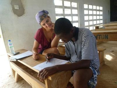 토고 언어치료 프로젝트 인턴이 환자 서류를 작성하고 있다