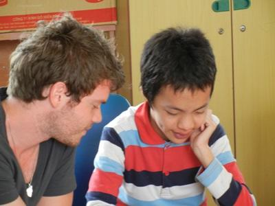 베트남 언어치료 프로젝트 봉사자가 어린이를 치료하고 있다