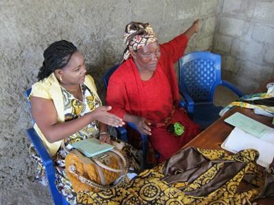 소액금융 비즈니스 인턴들이 소액대출로 지역주민들을 돕고 있다