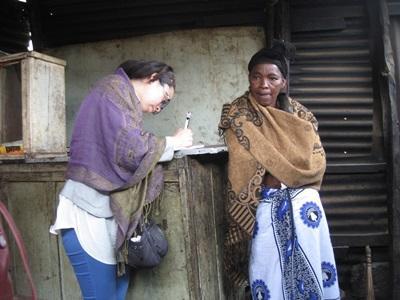 탄자니아 국제개발 프로젝트에서 소액금융 프로젝트 봉사자가 지역주민 여성들을 인터뷰하고 있다