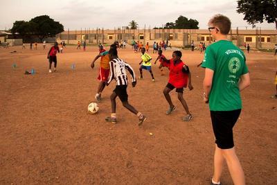 가나의 아이들과 축구를 하는 중학생 봉사자