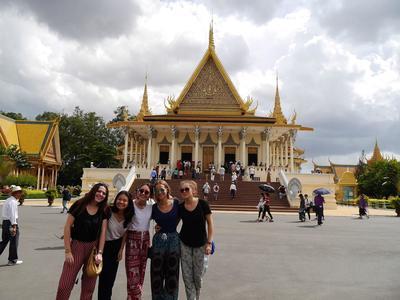 캄보디아를 관광하는 중학생 봉사자들