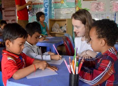 캄보디아의 아이들을 가르치는 중학생 봉사자