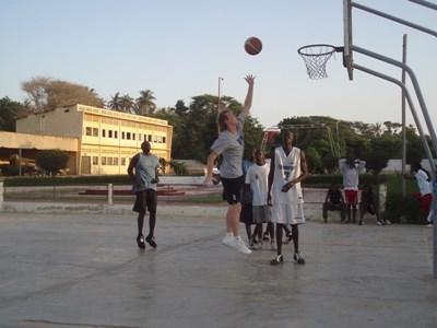 가나에서 학교 농구 코치 봉사자가 덩크슛을 보여주고 있다