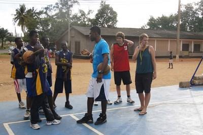 봉사자들이 가나에서 학교 농구경기를 지도하고 있다