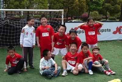 중국 학교에서 자원봉사자에게 코치를 받고 있는 학교 축구팀