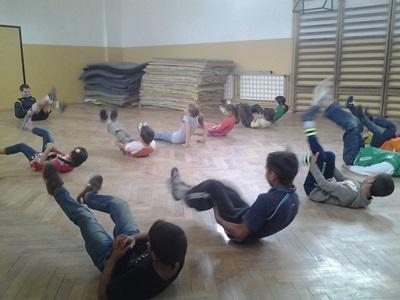 루마니아 어린이들이 남성 자원봉사자와 함께 연습게임을 하고 있다