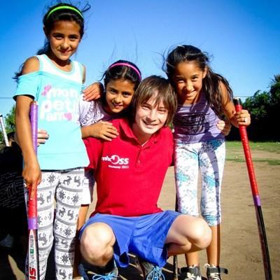 아르헨티나에서 봉사자가 학교 어린이들에게 스포츠를 지도한다