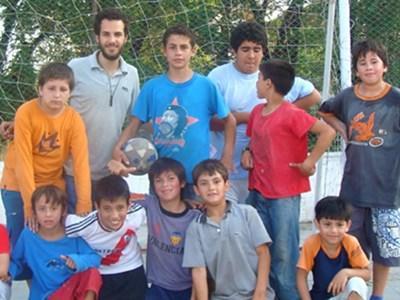 프로젝트어브로드 자원봉사자가 아르헨티나 학교에서 스포츠 지도