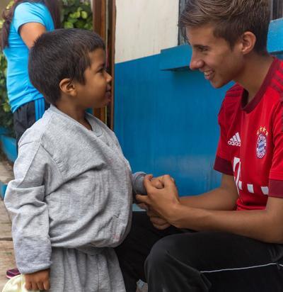 프로젝트어브로드 스포츠 프로젝트 봉사자가 벨리즈 어린이와 대화하고 있다
