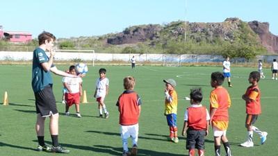 에콰도르 학교에서 봉사자가 축구를 지도한다