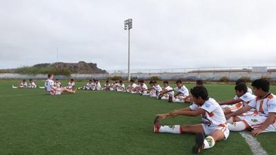 에콰도르에서 봉사자가 학생들에게 축구 코칭을 하고 있다