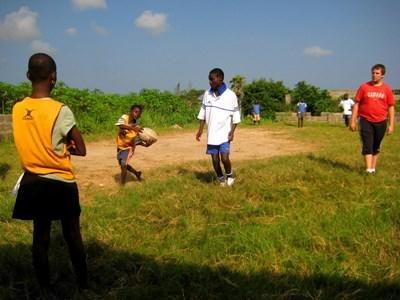 가나에서 갭이어 봉사자가 학교 럭비팀을 지도한다