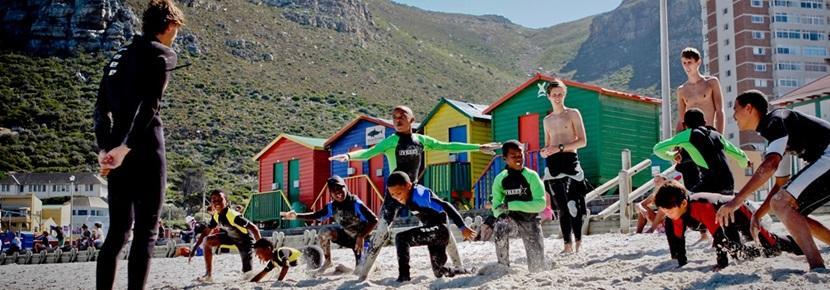 프로젝트어브로드 봉사자가 남아공 서핑 프로젝트에 참가하고 있다