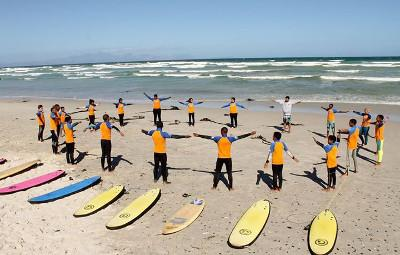 남아공 케이프타운에서 장애 아이들에게 서핑을 가르치는 자원봉사자들