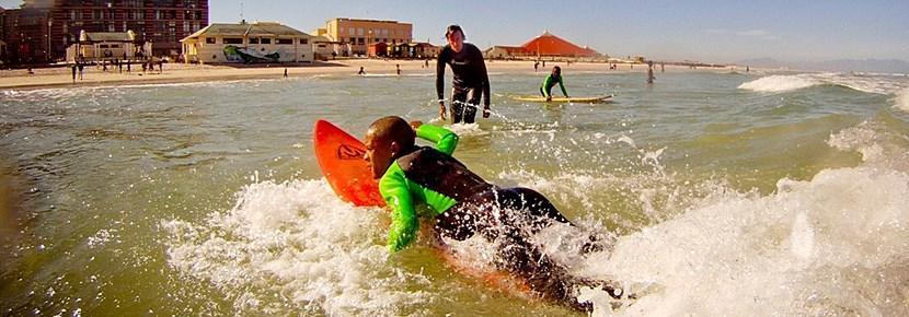 프로젝트어브로드 봉사자들이 개발도상국 어린이들에게 서핑 지도를 하고 있다