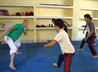 멕시코에서 봉사자가 학교 클럽의 아이들을 지도하고 있다