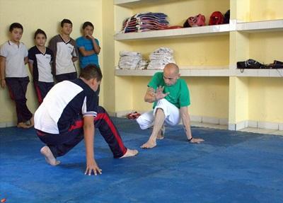멕시코에서 봉사자가 아이들에게 스포츠 기술을 가르치고 있다