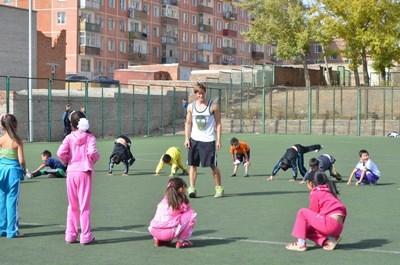 몽골의 스포츠 프로젝트 봉사자가 학교 여학생들과 공부하고 있다
