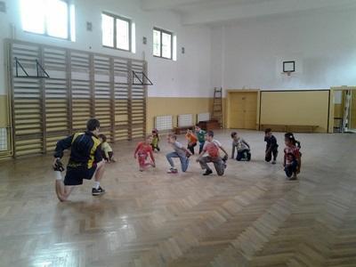 루마니아 아이들이 자원봉사자에게 체육수업을 받고 있다