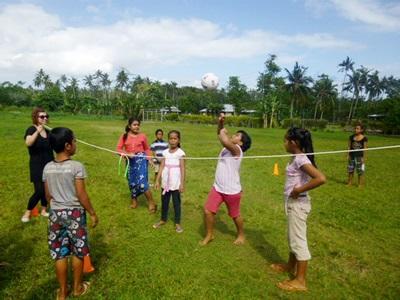 사모아 프로젝트어브로드 봉사자들이 어린이들과 게임을 하고 있다