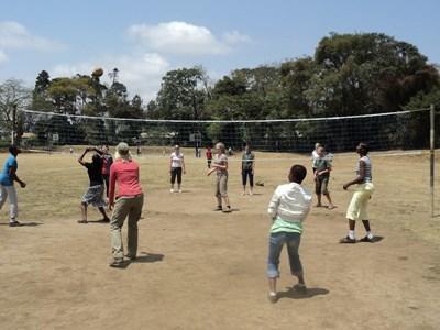 아프리카 탄자니아에서 자원봉사자가 아이들과 배구경기를 하고 있다