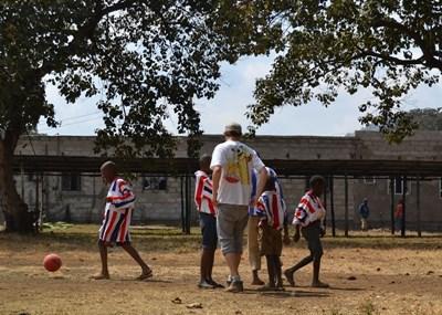 탄자니아에서 스포츠 자원봉사자가 학생들을 코치하고 있다