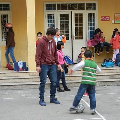 스포츠 봉사자가 베트남 학교에서 어린이들을 지도하고 있다