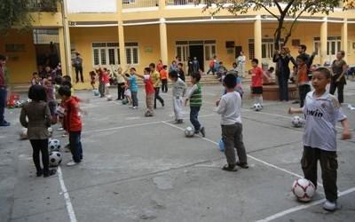 스포츠 봉사자가 베트남의 체육수업 봉사를 하고 있다