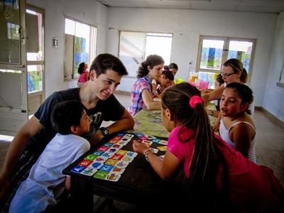 교육 프로젝트 봉사자가 아르헨티나의 학교에서 수업을 하고 있다
