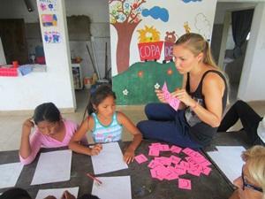 봉사자가 아르헨티나의 초등학교 어린이들을 가르치고 있다