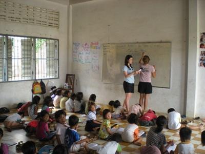 봉사자가 캄보디아의 학교에서 영어를 배우고 있다