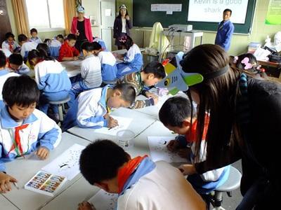 봉사자가 중국의 학교에서 상어에 대한 교육을 하고 있다