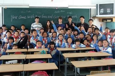 중국의 학교 교육 프로젝트에 참가한 봉사자들