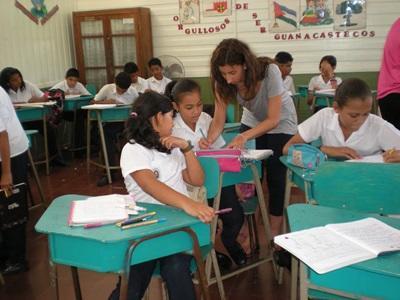 코르타리카의 학교에서 학생을 지도하는 봉사자