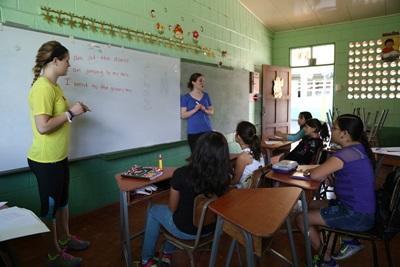 코스타리카 학교의 학생들이 두 명의 프로젝트어브로드 봉사자에게 수업을 받고 있다