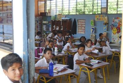 에콰도르의 교육 봉사자가 교육하고 있는 수업에 앉아있는 학생들