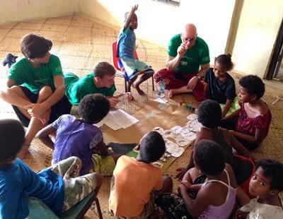 피지의 학생들이 프로젝트어브로드 봉사자들로부터 상어에 대해 배우고 있다