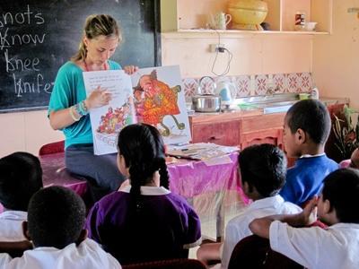 교육봉사자가 피지의 학교 학생들에게 책을 읽어주고 있다