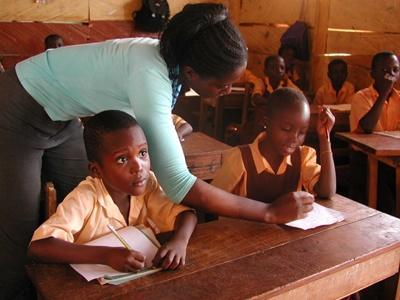 가나의 학교 교실에서 아이들이 봉사자에게 교육을 받고 있다