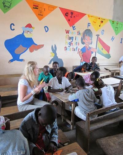 가나의 학교 교실에서 프로젝트어브로드봉사자가 교육을 하고 있다