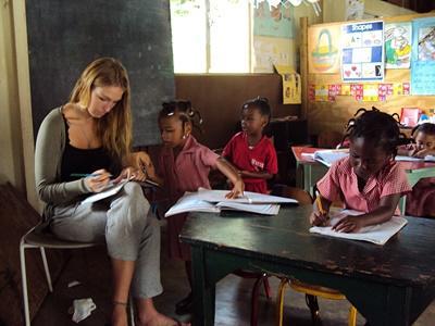 자메이카의 교육봉사 프로젝트 봉사자가 학생들을 지도하고 있다
