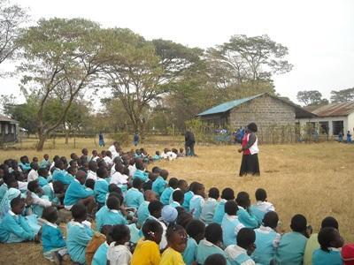 여선생님이 아프리카 케냐의 초등학교에서 아이들을 가르치고 있다