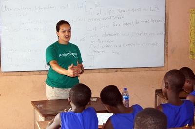 마다가스카르의 학생들이 교육 봉사자에게 수업을 받고 있다