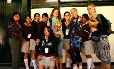 멕시코의 교육프로젝트에 참가하여 학생을 지도하는 봉사자들
