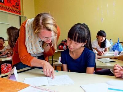 학생들의 학교 공부를 도와주고 있는 교육 프로젝트 봉사자