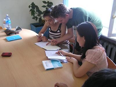 학교에서 학생들을 가르치고 있는 교육 봉사자
