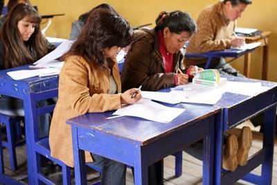 봉사자가 남미의 페루에서 영어교육을 하고 있다